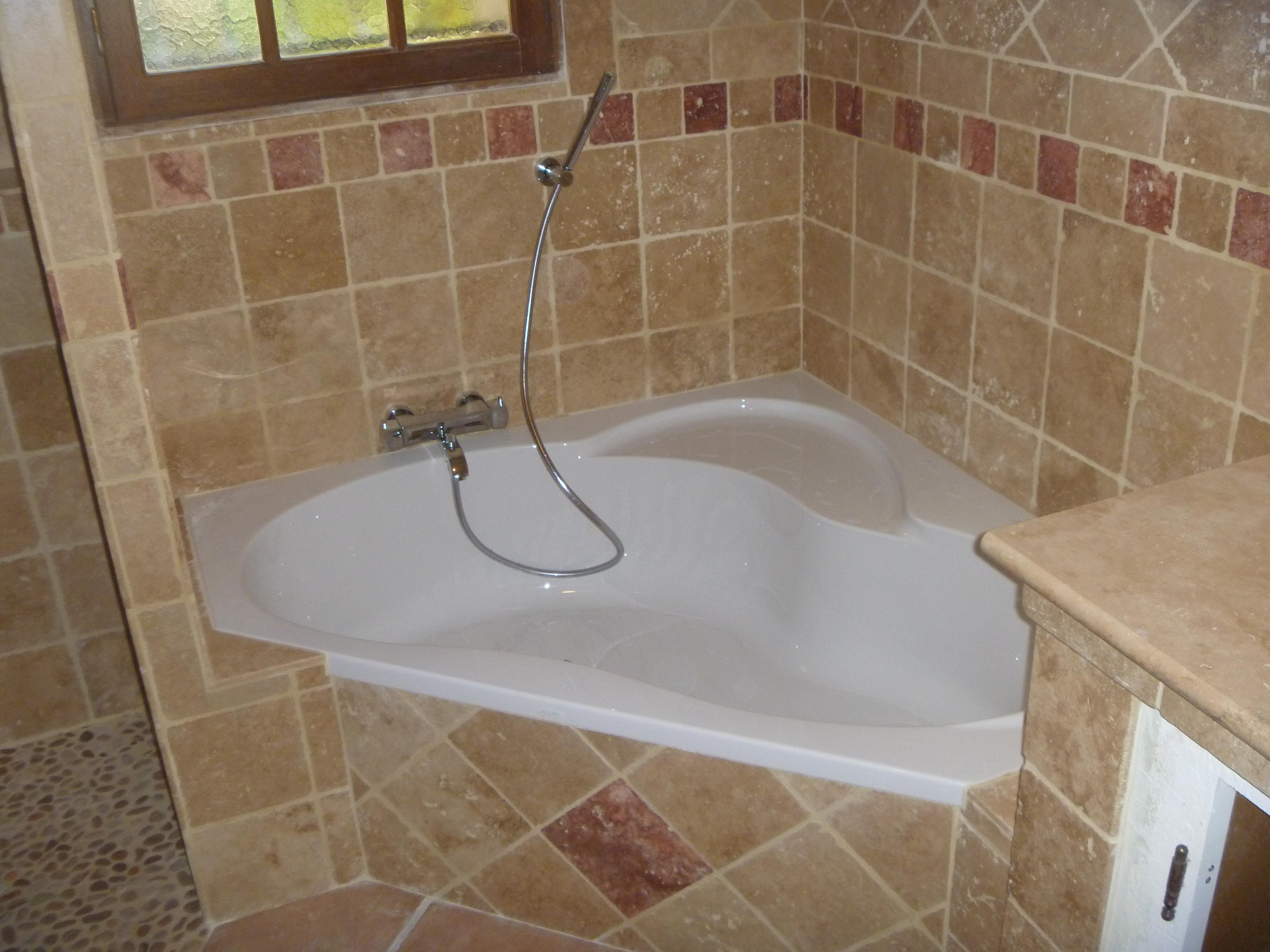 Salle de bain avec baignoire dangle - Comment faire un tablier de baignoire ...