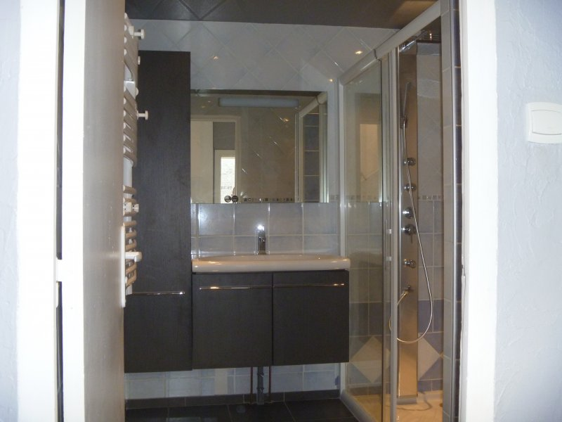 Salle de bains en ceramique et pate de verre azur agencement for Voir des salles de bain