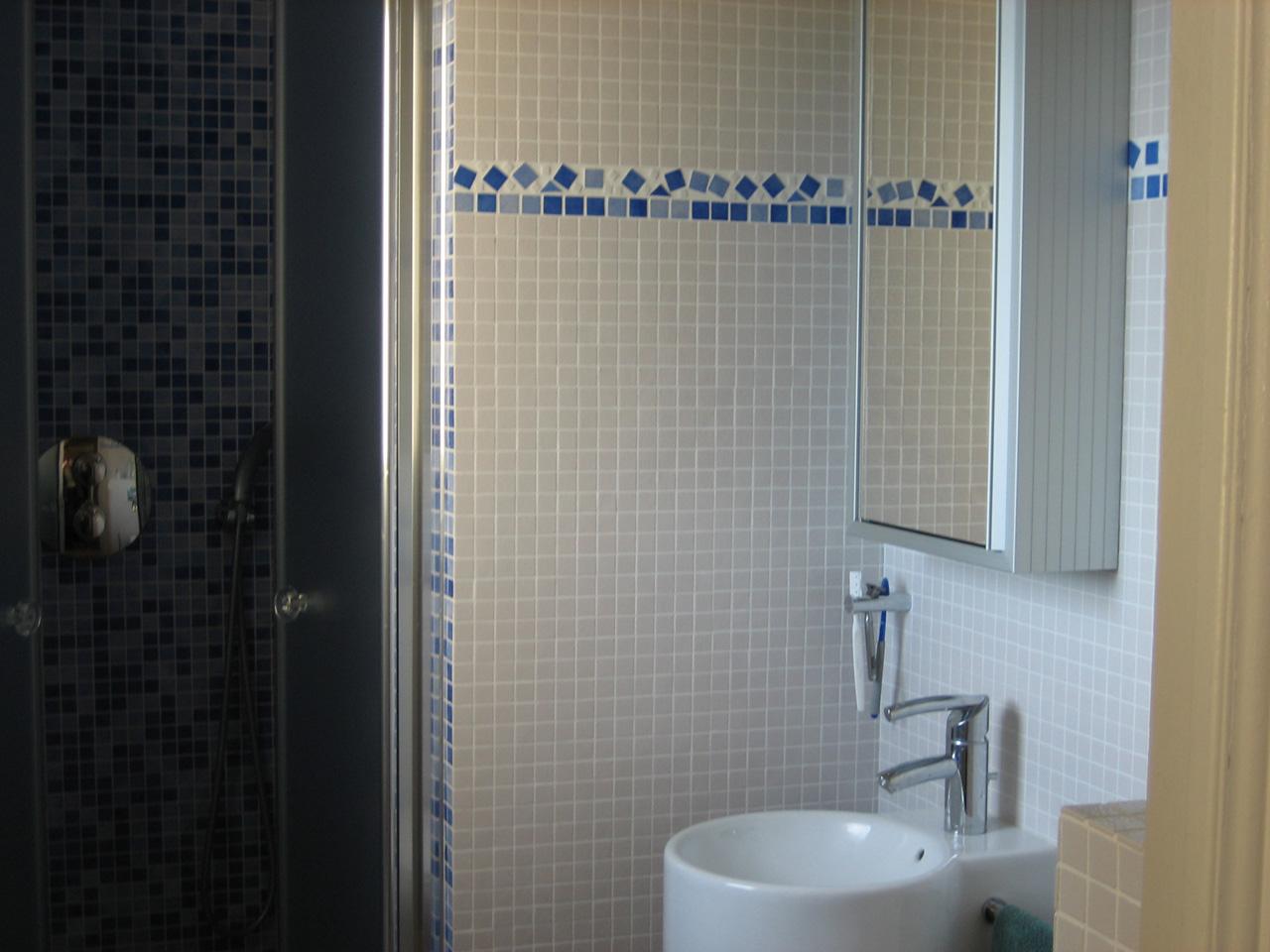 Salle de bains en ceramique et pate de verre azur agencement - Carrelage pate de verre salle de bain ...