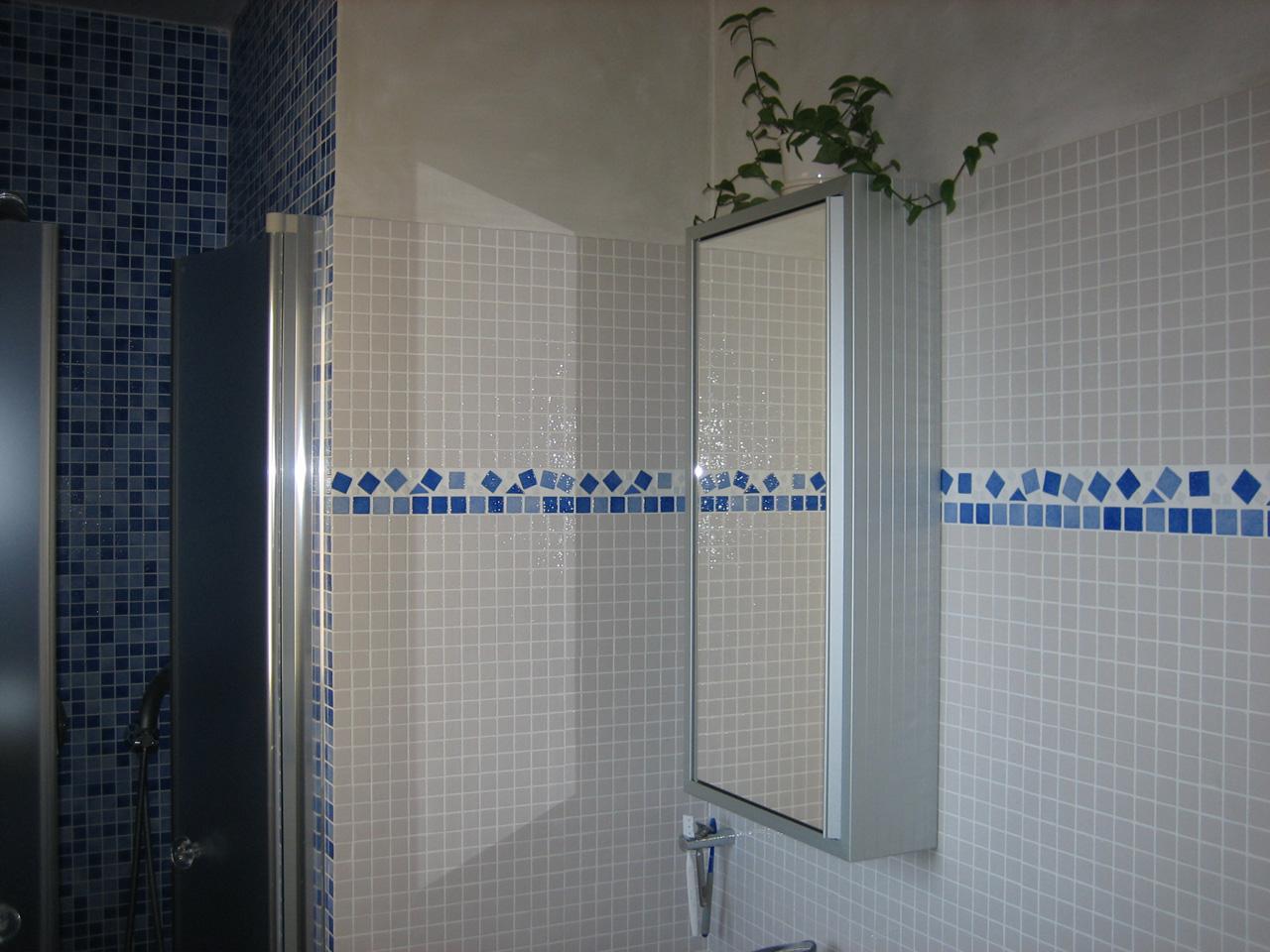 Salle de bains en ceramique et pate de verre azur agencement for Carreaux ceramique salle de bain