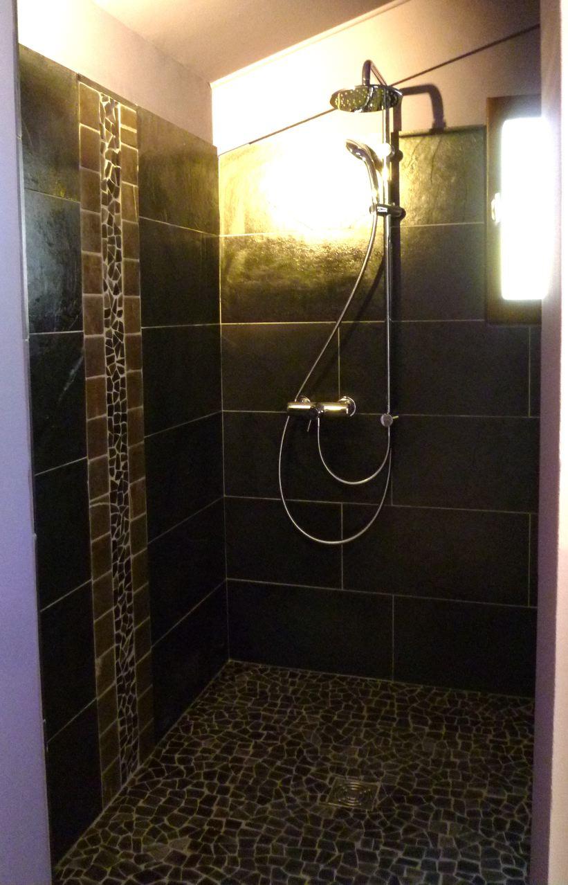 Cr ation et r alisation de salle de bains azur agencement for Salle de bain galet et bois