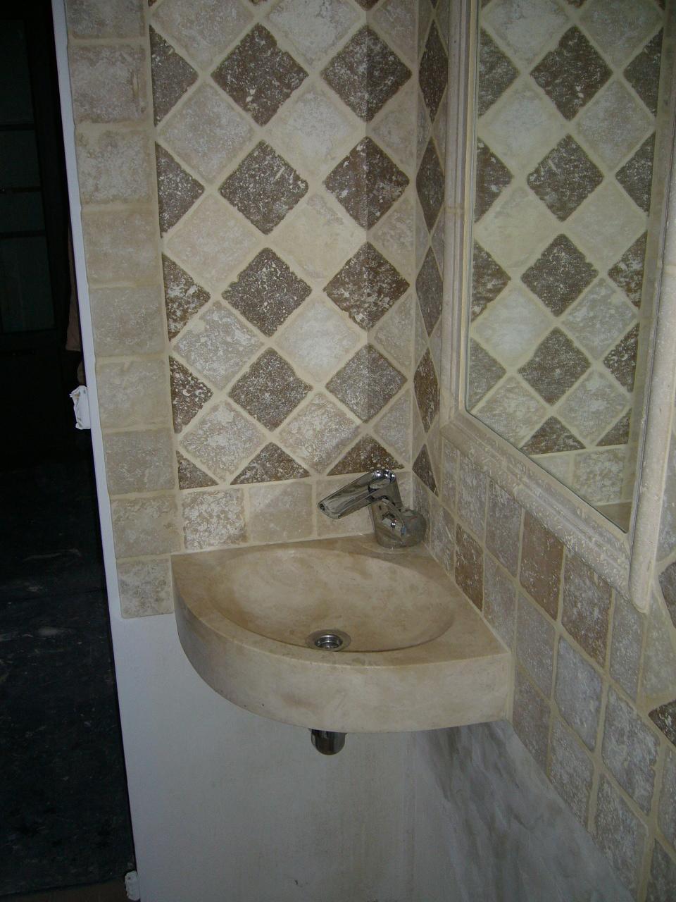 Salle de bains en pierres naturelles azur agencement for Carrelage en pierre de lave