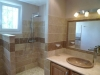 Douche italiene et vasque ovale en travertin