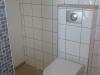 wc suspendu habillé avec du 20*20 blanc et frise métal + verre
